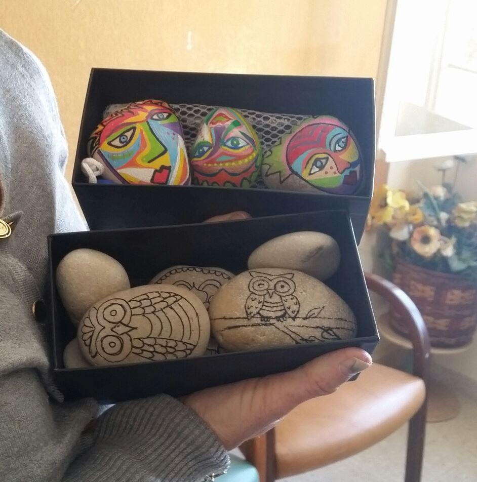 אבנים עם ציור של קווי מתאר