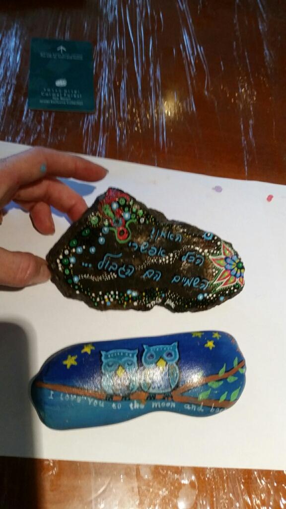 אבן בזלת מלוטשת עם כיתוב ואיור שמיימי ואבן ינשופים על ענף
