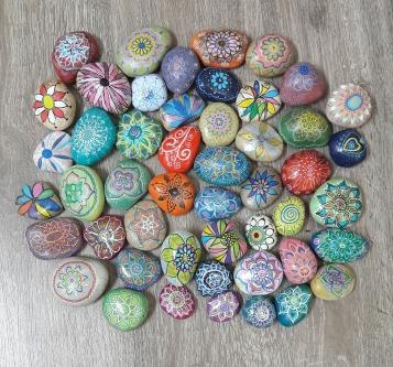 פרחים מנדלות על אבנים